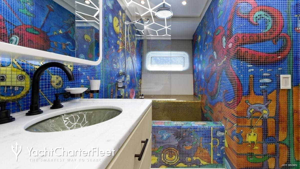 Il particolare bagno dello Yacht Khalilah
