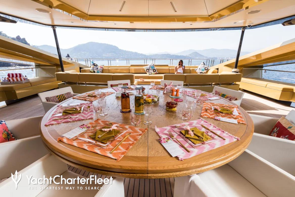 Tavolo del soggiorno del Khalilah yacht