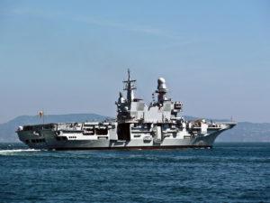 Portaerei Cavour nel Golfo di Napoli