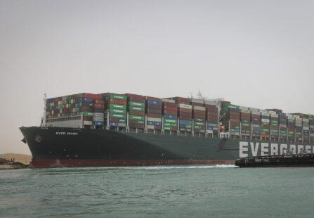 La Ever Given ancora nel Canale di Suez tra speranze e feroci cospirazioni