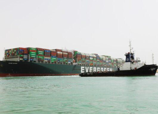 La portacontainer Ever Given inizia a muoversi nel Canale di Suez