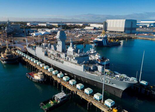 La fregata HMAS Perth classe Anzac torna in acqua